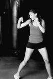Retrato blanco y negro de los movimientos practicantes del boxeador de sexo femenino imágenes de archivo libres de regalías