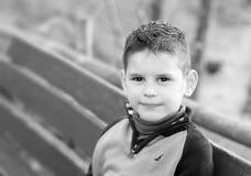 Retrato blanco y negro de un muchacho hermoso El niño pequeño lindo es Foto de archivo libre de regalías