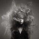 Chica joven con un peinado de moda del volumen Imagen de archivo libre de regalías
