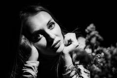 Retrato blanco y negro de una muchacha Fotos de archivo libres de regalías