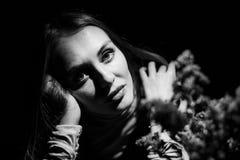 Retrato blanco y negro de una muchacha Imagenes de archivo