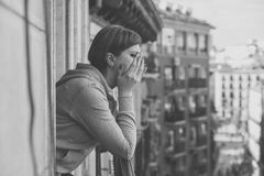 Retrato blanco y negro de una mujer atractiva joven con la depresión y la ansiedad en el balcón casero fotografía de archivo libre de regalías