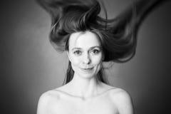 Mujer con el pelo del vuelo fotografía de archivo