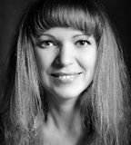 Retrato blanco y negro de una mujer feliz Imagenes de archivo