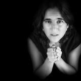 Retrato blanco y negro de una mujer hispánica que ruega Fotografía de archivo libre de regalías
