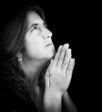 Retrato blanco y negro de una mujer latina que ruega Foto de archivo