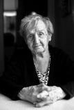 Retrato blanco y negro de una mujer mayor foto de archivo libre de regalías