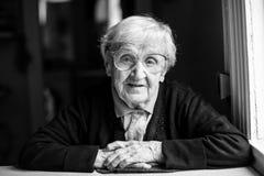 Retrato blanco y negro de una mujer mayor Feliz Foto de archivo