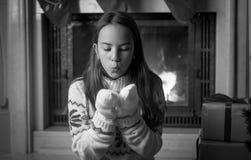 Retrato blanco y negro del adolescente que se sienta en la chimenea Imágenes de archivo libres de regalías
