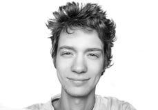 Retrato blanco y negro del buen individuo sonriente en camiseta Foto de archivo