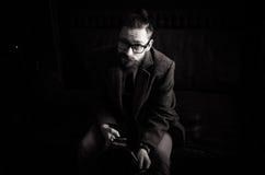 Retrato blanco y negro del hombre adulto hermoso que envía un mensaje de texto, mensajes de la lectura del hombre de negocios, el Imagen de archivo