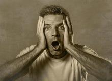 Retrato blanco y negro del hombre atractivo en choque y sorprendido con las manos en cara alarmado con la boca y los ojos abierto fotos de archivo