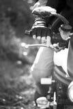 Retrato blanco y negro del hombre en la bici Imagenes de archivo