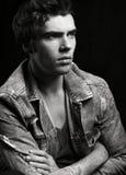 Retrato blanco y negro del hombre hermoso joven en fondo negro imagenes de archivo