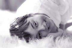 Retrato blanco y negro del muchacho sonriente fotografía de archivo libre de regalías
