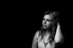 Retrato blanco y negro del pelo de cepillado de la mujer joven con la mano Imagen de archivo libre de regalías