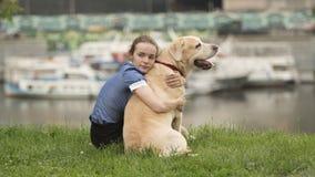 Retrato blanco y negro emocional de una muchacha sola triste que abraza su perro fotografía de archivo libre de regalías