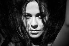 Retrato blanco y negro en su pelo Imágenes de archivo libres de regalías