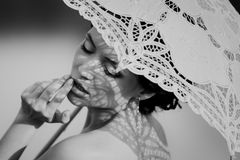 Retrato blanco y negro hermoso de la muchacha sensual con el paraguas del cordón Imagenes de archivo