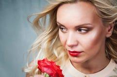 Retrato blando sensual de la mujer joven con el pelo de la brisa y el labio rojo Imágenes de archivo libres de regalías