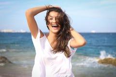 Retrato bonito da cara da moça, cabelo marrom e sorriso agradável, olhar do modelo de forma fotografia de stock royalty free