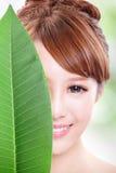 Retrato bonito da cara da mulher com folha verde Imagens de Stock
