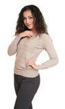 Retrato bonito da jovem mulher com cabelo ondulado longo preto no wh Imagens de Stock Royalty Free