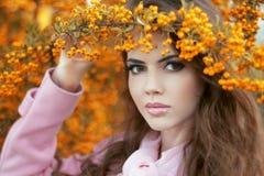 Retrato bonito da jovem mulher, menina adolescente sobre a paridade do amarelo do outono Fotografia de Stock Royalty Free
