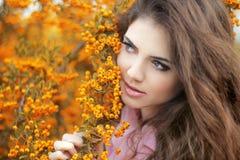 Retrato bonito da jovem mulher, menina adolescente sobre a paridade do amarelo do outono Foto de Stock