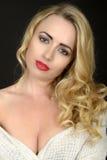 Retrato bonito da jovem mulher que olha a câmera Foto de Stock