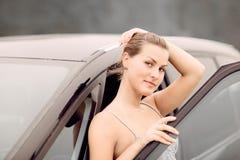 Retrato bonito da menina com seu veículo novo Fotografia de Stock