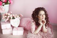 Retrato bonito da menina do jovem adolescente, surpresa romântica Brunette Fotografia de Stock Royalty Free
