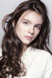 Retrato bonito da moça com cabelo encaracolado longo Imagem de Stock Royalty Free