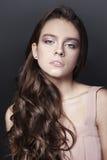 Retrato bonito da moça com o vestido longo do rosa do ib do cabelo encaracolado no fundo escuro Imagens de Stock