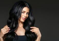 Retrato bonito da mulher da beleza do cabelo preto Hai encaracolado do penteado imagens de stock royalty free