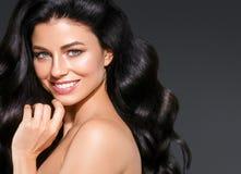 Retrato bonito da mulher da beleza do cabelo preto Hai encaracolado do penteado imagem de stock