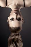 Retrato bonito da mulher. Cabeça durante calcanhares. Imagem de Stock