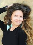 Retrato bonito da mulher, cabelos longos, estilo indie, joia feito a mão Imagem de Stock Royalty Free