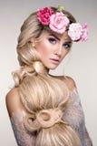 Retrato bonito da mulher com as flores na cabeça Imagens de Stock
