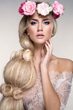 Retrato bonito da mulher com as flores na cabeça Fotografia de Stock Royalty Free