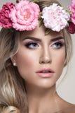 Retrato bonito da mulher com as flores na cabeça Fotografia de Stock