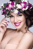 Retrato bonito da mulher com as flores na cabeça Foto de Stock Royalty Free