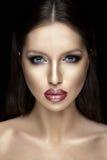 Retrato bonito da mulher com batom brilhante Fotos de Stock Royalty Free