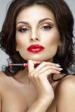 Retrato bonito da mulher com bordos vermelhos Fotografia de Stock