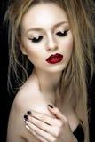Retrato bonito da mulher com bordos vermelhos Imagens de Stock