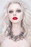 Retrato bonito da mulher com bordos vermelhos Rainha da neve Imagens de Stock Royalty Free