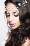 Retrato bonito da mulher com composição agradável e joia branca Imagens de Stock Royalty Free
