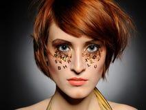 Retrato bonito da mulher com composição creativa foto de stock