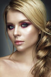 Retrato bonito da mulher com dobra Fotografia de Stock Royalty Free