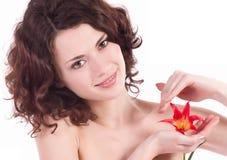 Retrato bonito da mulher com flor vermelha Foto de Stock